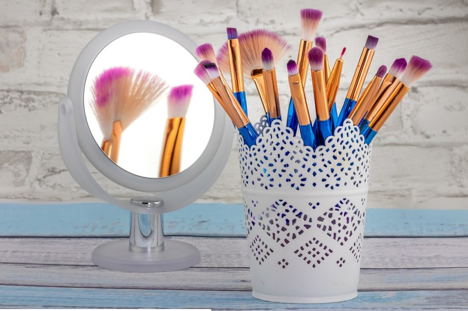 What to Consider When Buying Makeup Mirrors