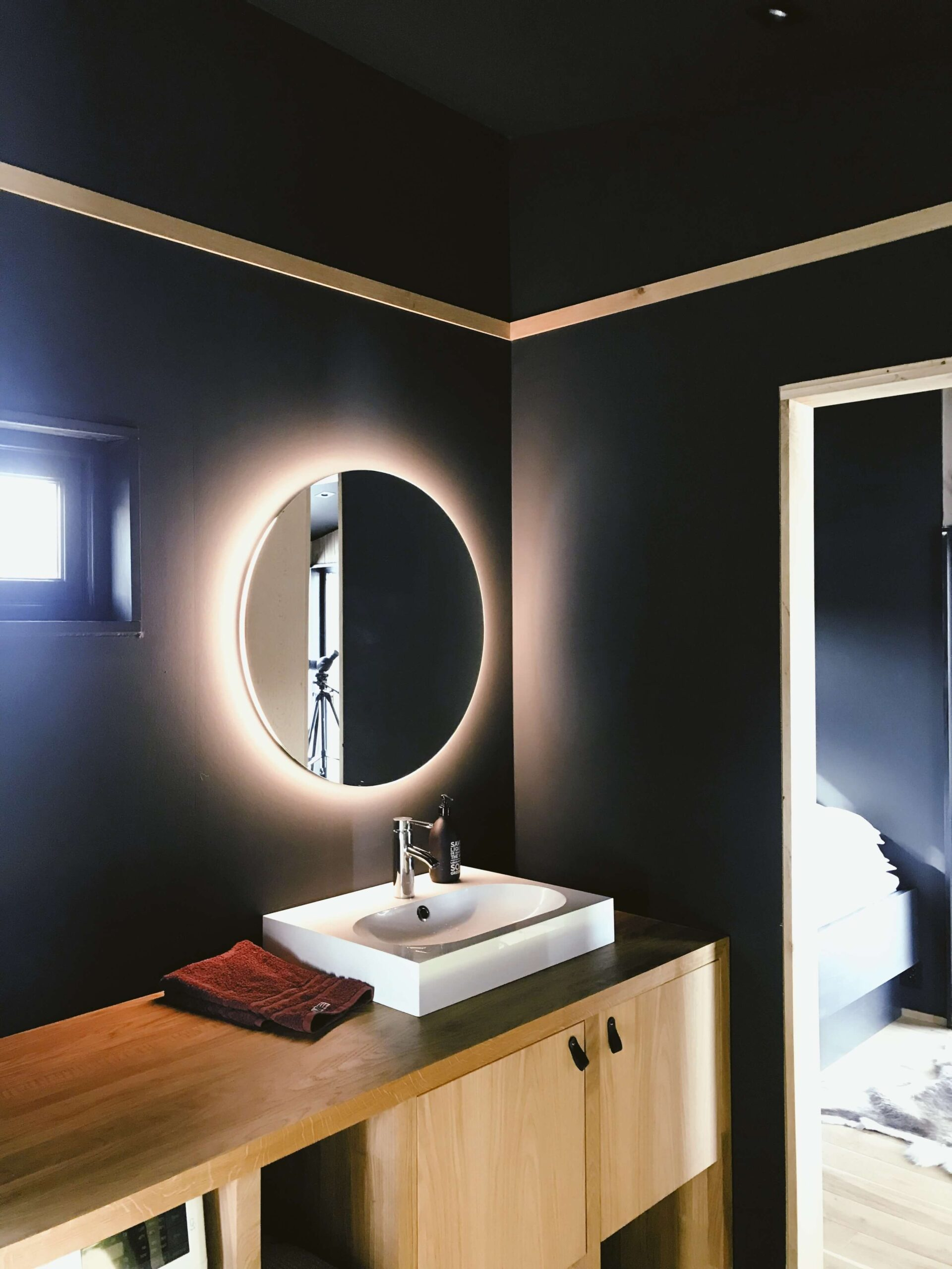 All You Need to Know About the Best Lighted Mirror by Mirrex